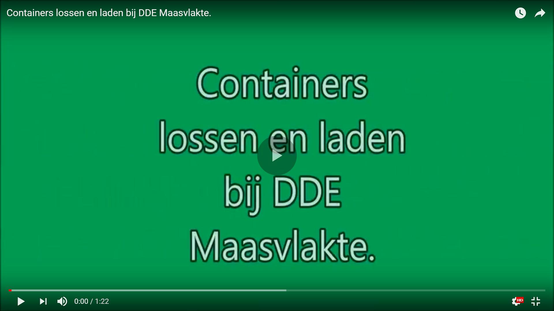 Docent Dirk Boere aan containers aan het lossen op de Maasvlakte.