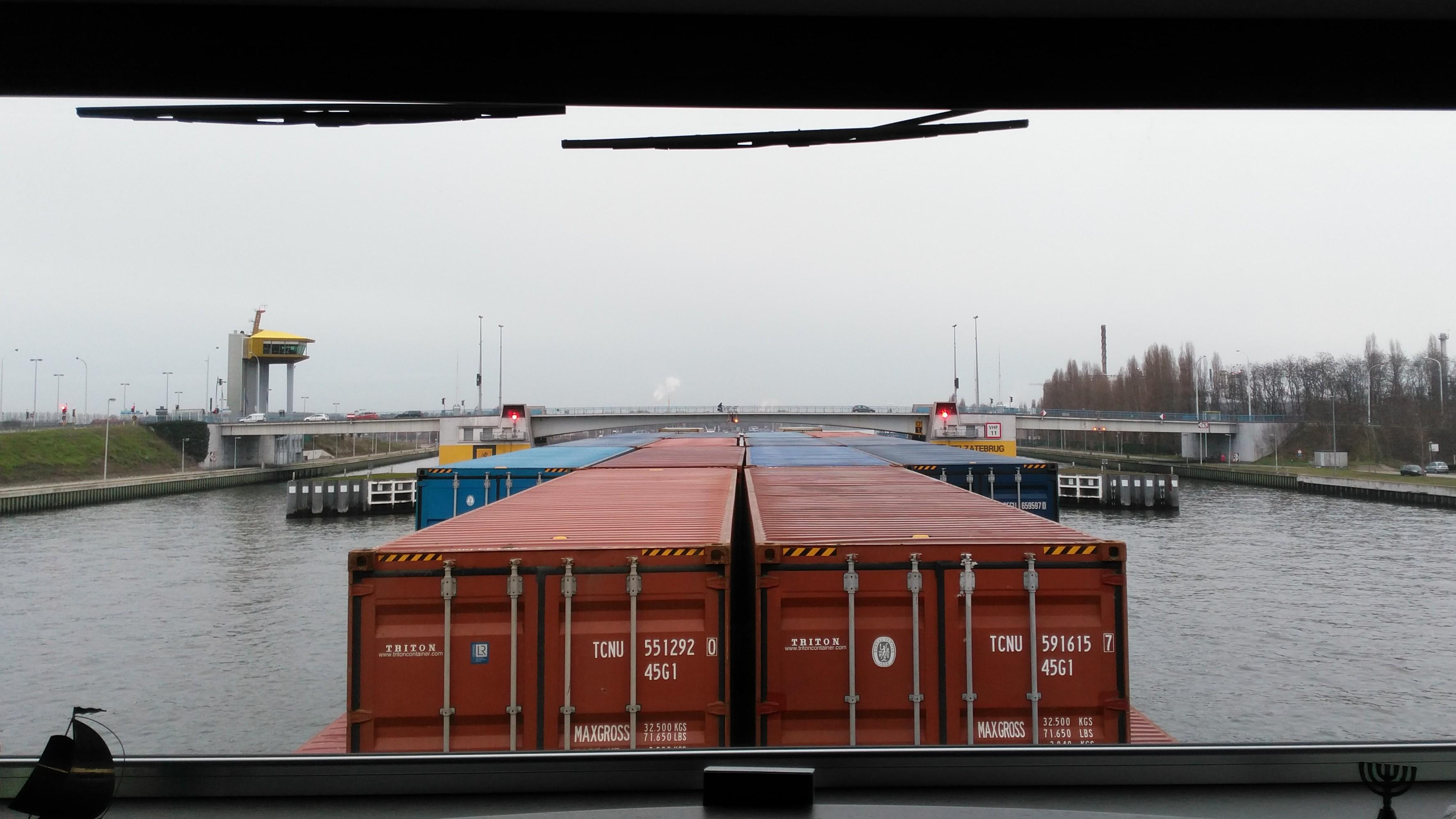 Zeekanaal Terneuzen, Gent, België, doorvaren brug Zelzate.