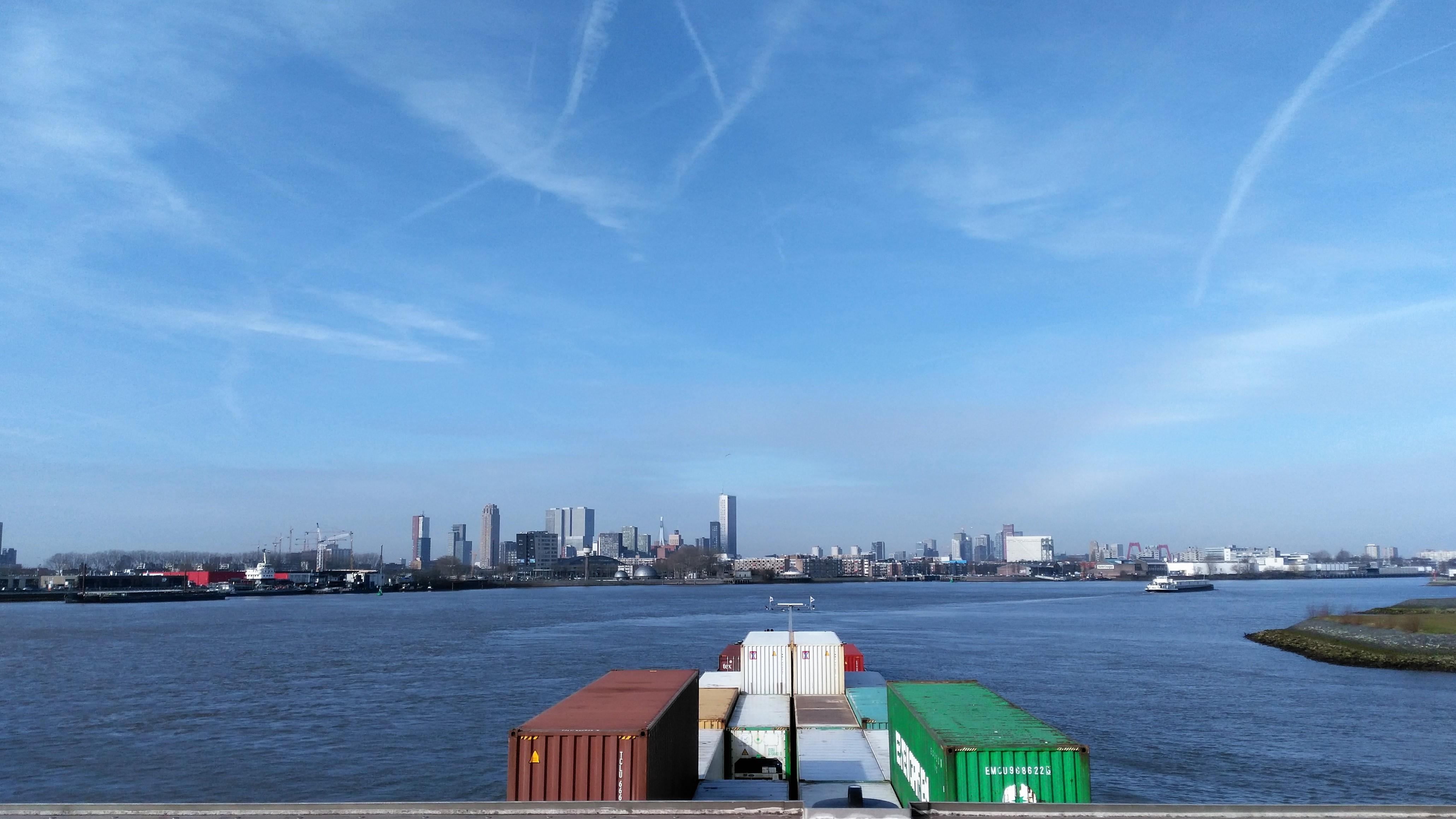 Varen bocht van Esch Rotterdam. Skyline Rotterdam.